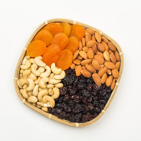 rosinad ja pähklid korvis