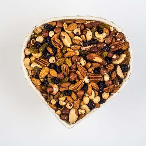 rosinate ja pähklite segu bambuskorvis südamekujuline